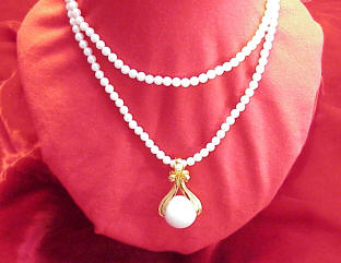 Avon_pearl_like_necklace_with_pendant 1