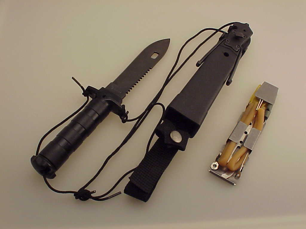 tomahawk-survival-knife-and-scabbard